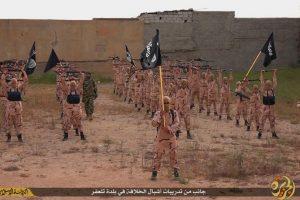 El video de propaganda muestra cómo el grupo terrorista entrena a sus próximos militantes. Foto:AP. Imagen Por: