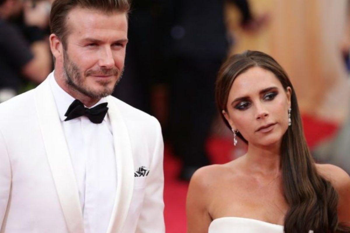 En 2004, los medios británicos reportaron que David Beckham había engañado a su Victoria con su asistente personal, Rebecca Loos. Foto:vía Getty Images. Imagen Por: