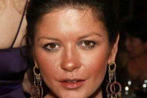 Mucho polvo bronceador para Catherine Zeta Jones. Foto:vía Getty Images. Imagen Por: