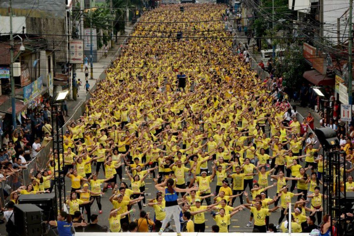 Clase gigante de Zumba en Filipinas con el propósito de establecer un Récord Guinness. Foto:AFP. Imagen Por: