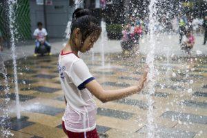 Niña se refersca del calor del verano en China. Foto:AFP. Imagen Por: