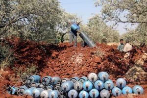 Combatientes rebeldes en Siria con morteros de fabricación casera. Foto:AFP. Imagen Por: