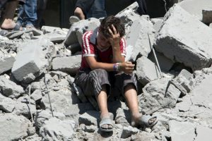 Niño llora en Siria luego de que un misil destrozara su hogar. Foto:AFP. Imagen Por: