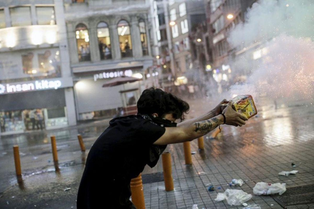 Un manifestante dispara fuegos artificiales a la policía antidisturbios en Estambul. Foto:AFP. Imagen Por: