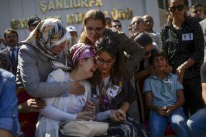 Familiares de dos policías asesinados en ataques en Siria. Foto:AFP. Imagen Por: