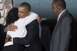 El presidente de Estados Unidos, Barack Obama abraza a su hermana al llegar a Kenia. Foto:AFP. Imagen Por: