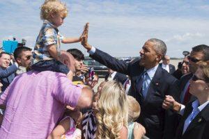 Obama choca la mano de un niño en Pennsylvania, Estados Unidos. Foto:AFP. Imagen Por: