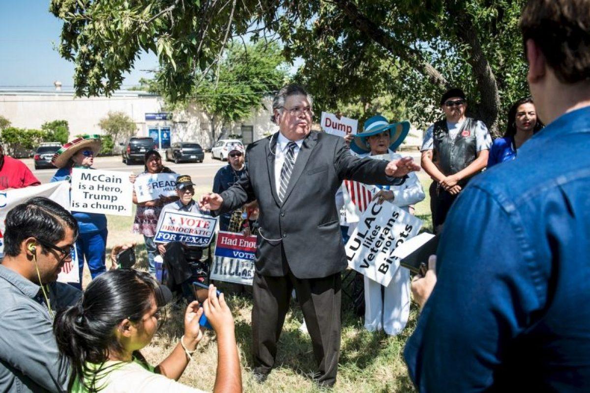 Una veintena de manifestantes estuvo en el Aeropuerto Internacional de Laredo, esperando al magnate Foto:Getty Images. Imagen Por: