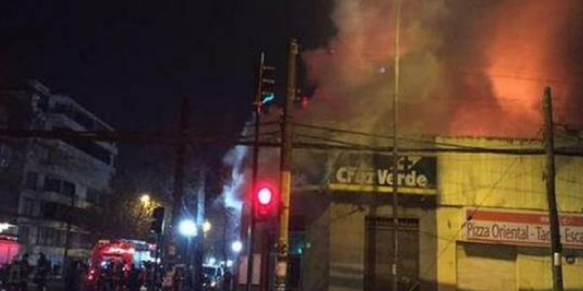 Incendio destruyó tres locales comerciales de Providencia