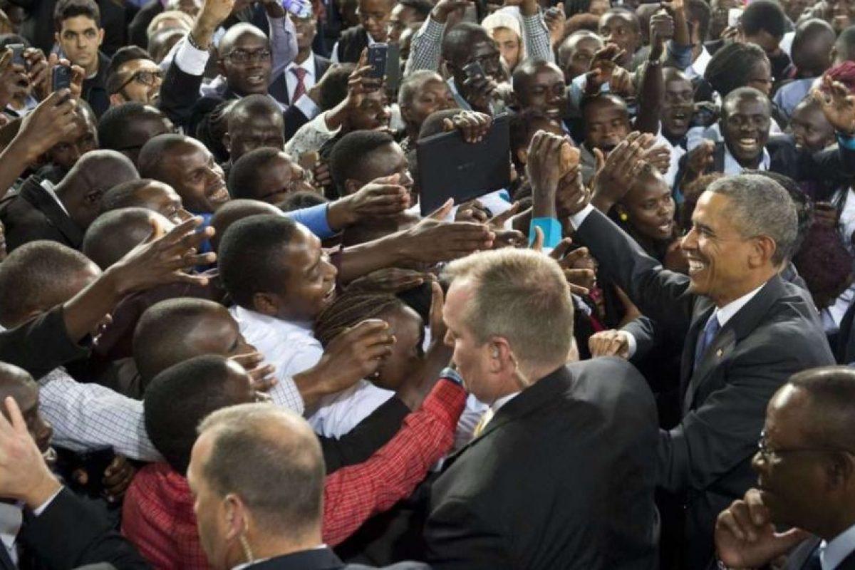 El presidente saluda a la multitud después de hablar en la Arena Safaricom Indoor, en Nairobi. Foto:AFP. Imagen Por: