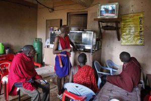 Hombres masai siguen la cobertura en vivo de la visita del presidente estadounidense a Kenia, en Kiserian. Foto:AFP. Imagen Por: