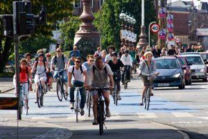 """Copenhague. Con un promedio de 544 mil viajes diarios en bicicleta, la capital de Dinamarca se ha ganado el título de la """"ciudad de las bicicletas"""". Además, cuenta con un servicio gratuito de bicicletas para turistas. Foto:Twitter. Imagen Por:"""