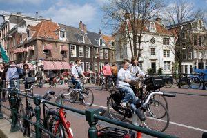 """Amsterdam. Si Copenhague es la """"ciudad de las bicicletas"""", definitivamente Amsterdam es """"la capital"""". Y es que la ciudad holandesa expone cifras realmente destacables: casi un 50% de los viajes diarios son en este medio de transporte, lo que se entiende si consideramos que hay más bicicletas que autos y habitantes en la ciudad. Una de las actividades más representativas de esta realidad es el Día de la Bicicleta, que se celebra todos los años el segundo sábado de mayo. Foto:Twitter. Imagen Por:"""