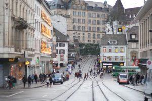 Basilea. Es una de las ciudades europeas que tiene el mayor porcentaje de uso de la bicicleta, sobre todo por su infraestructura, ya que cuenta con una extensa red de ciclovías que recorren la ciudad por el borde del río Rin, haciendo de e´ste un panorama de lujo para cualquier turista. Cuenta también con estacionamientos de bicicletas subterráneos que son simplemente de lujo. Foto:Twitter. Imagen Por: