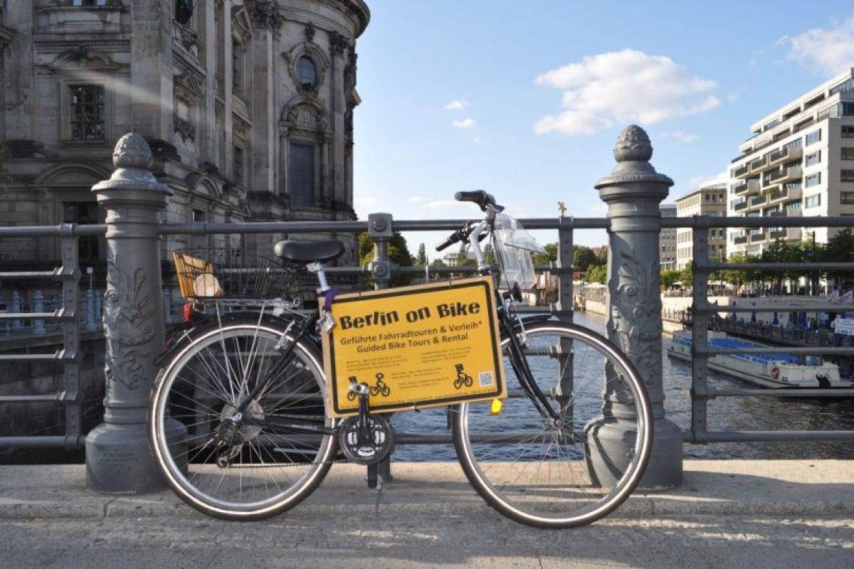 Berlín. Es la capital y la ciudad más grande de Alemania. Berlín reúne envidiables condiciones para andar en bicicleta por ser una urbe sin grandes desniveles, ya que su topografía es eminentemente plana. En ella, un 15% de los viajes diarios de la población para asistir a sus diversas actividades se realizan en bicicleta, sobre todo a través de sus sistema de bicicletas públicas, parecido al que funciona en nuestra Región Metropolitana. Foto:Twitter. Imagen Por: