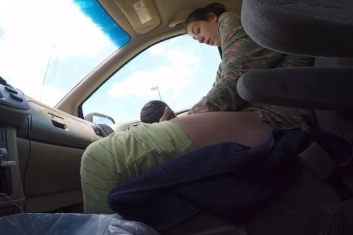 """""""¡Está saliendo! ¡Sácame el cinturón! ¡Dios, el bebé está afuera! ¡Acabamos de tener un bebé! ¡Es un niño! ¡Es un niño!"""", gritaba la mujer al recibir a su hijo. Foto:YouTube/i8thacookies. Imagen Por:"""
