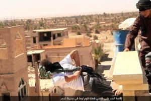 Las ejecuciones de homosexuales son comunes en la zona controlada por ISIS Foto:Twitter.com/raqqa_mcr. Imagen Por: