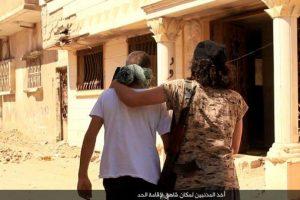 Este es el abrazo de la muerte que le dan a sus víctimas Foto:Twitter.com/raqqa_mcr. Imagen Por:
