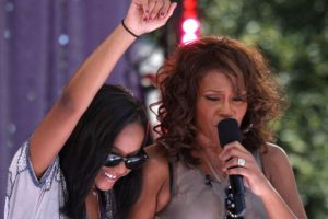 En 2006, Whitney se quedó con la custodia de Bobbi Kristina. Foto:vía Getty Images. Imagen Por: