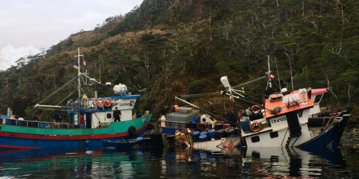 Armada rescata a pescadores tras choque frontal de embarcaciones