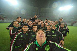 Miguel Herrera (al frente) es todavía entrenador de la Selección Mexicana de Fútbol. Foto:twitter.com/MiguelHerreraDT. Imagen Por: