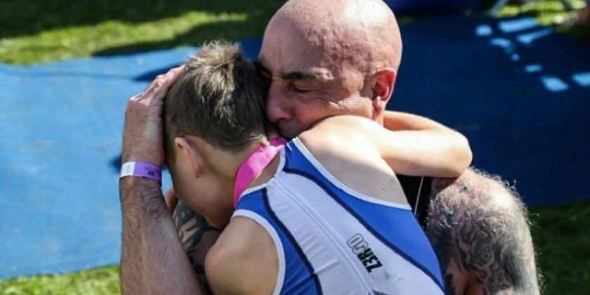 Emocionante: Niño de ocho años con parálisis cerebral completó un triatlón