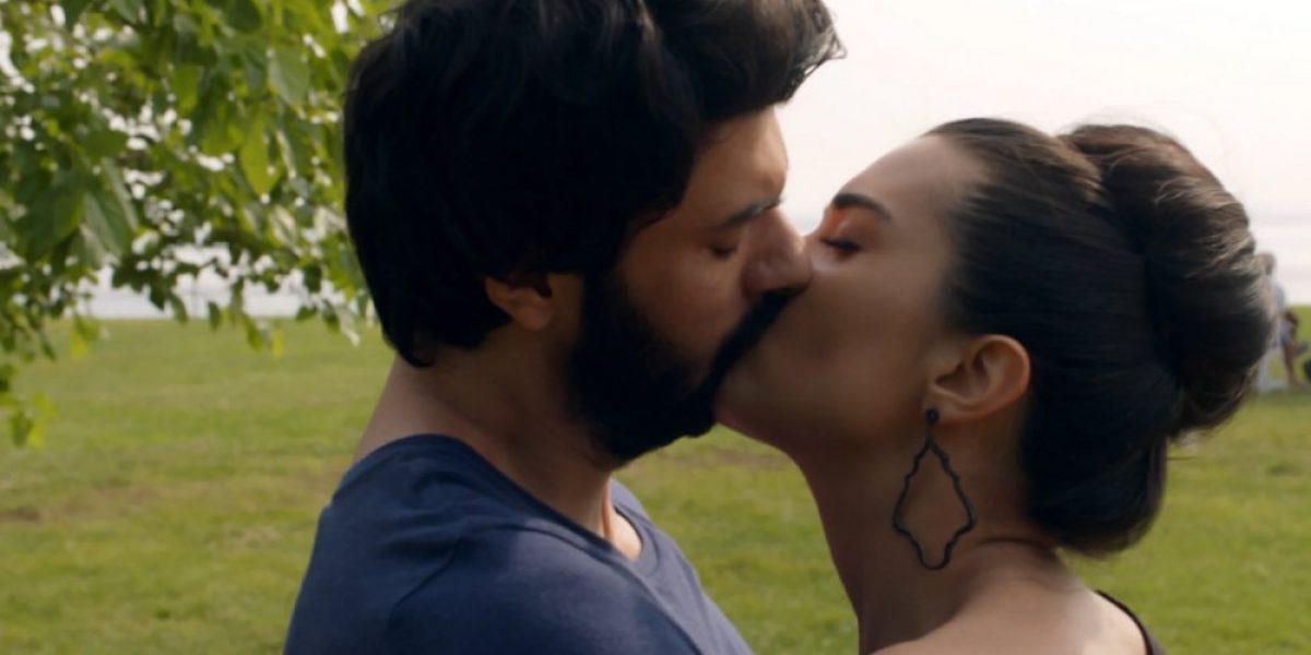 ¿Te lo perdiste? Así fue el apasionado beso entre Elif y Omar de