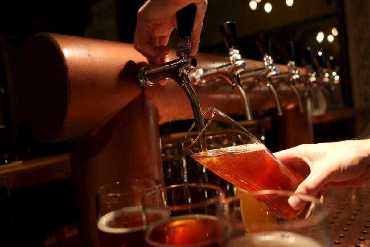 Grabaciones de las cámaras de seguridad mostraron que un barman colocó algo dentro de la bebida del hombre. Foto:Getty Images. Imagen Por: