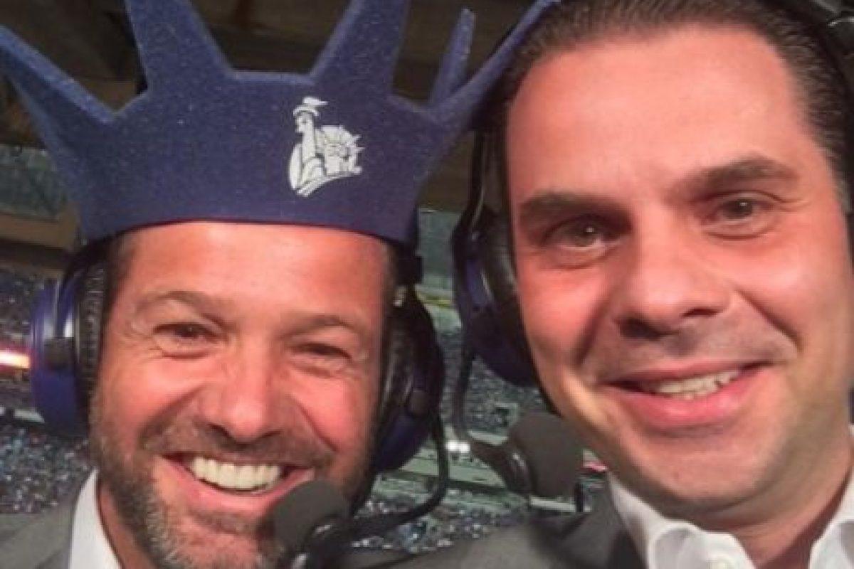 El periodista mexicano Christian Martinoli (derecha) junto a su compañero de transmisiones, el exfutbolista mexicano Luis García Foto: Foto: Vía twitter.com/martinolimx. Imagen Por: