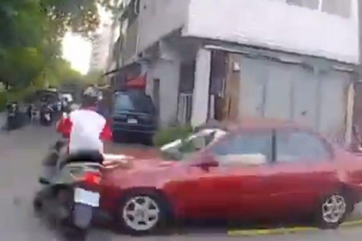 Luego fue impactado por este auto. Foto:LiveLeak. Imagen Por: