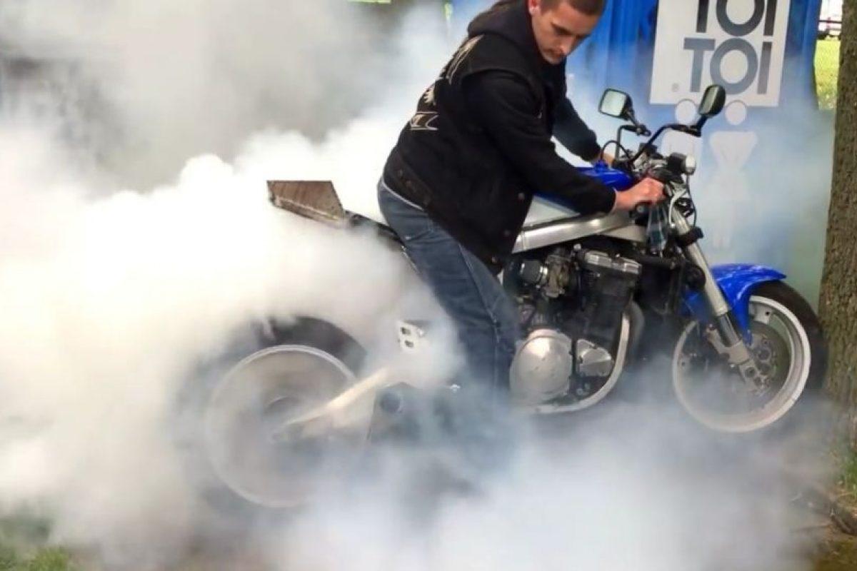 Presumía cómo quemaba el neumático de su moto y miren lo que pasó… Foto:Vía youtube/LM. Imagen Por: