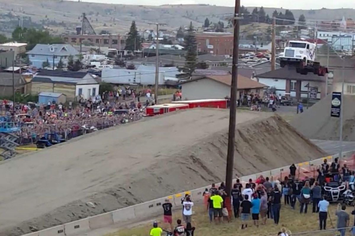 Así se vió el camión justo al momento de saltar Foto:Vía Youtube. Imagen Por: