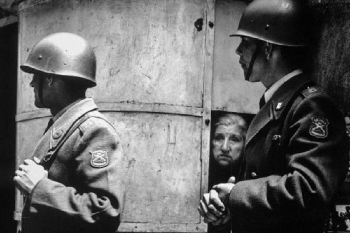 Chile. 1973. El ejército, liderado por Augusto Pinochet, junto al resto de las Fuerzas Armadas y la Policía realizaron un golpe de Estado que mantuvo el poder hasta 1990. Esta foto fue tomada poco después del golpe, en 1973, por Juan Domingo Marinello. Foto:Juan Domingo Marinello. Imagen Por: