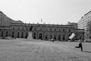 """El 5 de octubre de 1988 se realizó un plebiscito donde el 56% de los ciudadanos chilenos votaron """"No"""", es decir, que no querían que Pinochet siguiera en el poder. Esta foto fue tomada por Claudio Pérez frente a La Moneda, el palacio de gobierno, justo después de conocerse los resultados. Foto:Claudio Pérez. Imagen Por:"""