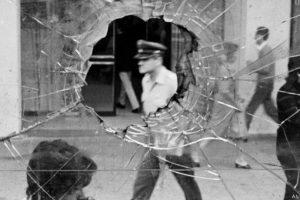 En esta foto de Álvaro Hoppe, un policía durante las protestas contra la represión en 1983. Foto:Álvaro Hoppe. Imagen Por: