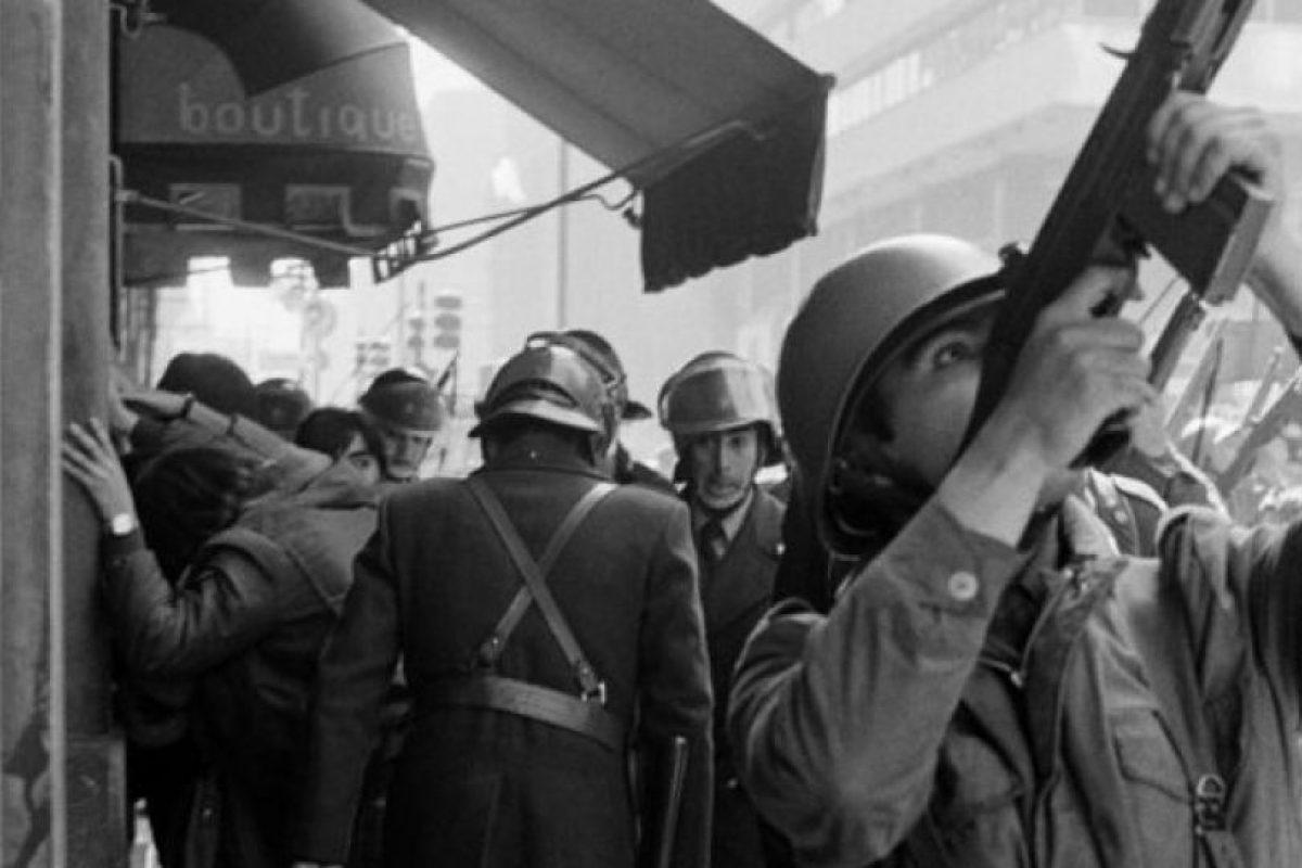 Helen Hughes intentó retratar en esta foto parte de los 18.000 militares que patrullaron las calles en 1983. Foto:Helen Hughes. Imagen Por: