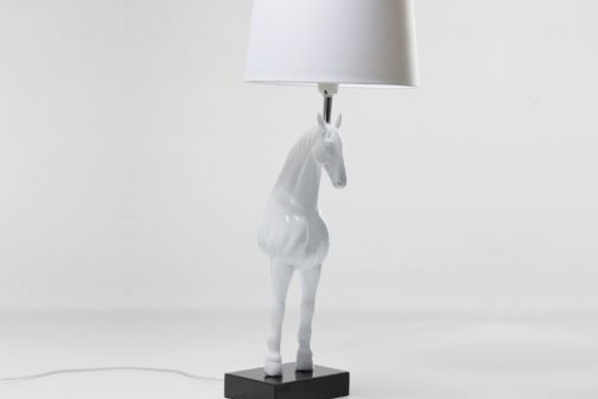 Lámpara de mesa caballo. Imagen Por: