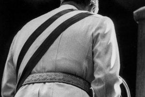 Esta imagen que dio la vuelta al mundo fue tomada por la fotógrafa Kena Lorenzini durante un discurso de Augusto Pinochet en 1983. Foto:Kena Lorenzini. Imagen Por: