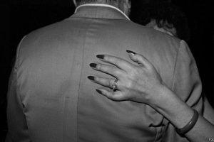En esta imagen tomada por Paz Errázuriz en 1987, una pareja baila en un club de tango. Foto:Paz Errázuriz. Imagen Por: