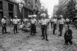 La cotidianeidad de los habitantes de Santiago estaba cruzada por una fuerte presencia policial, como se aprecia en esta foto de Claudio Pérez. Foto:Claudio Pérez.. Imagen Por: