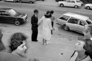 A pesar de la represión, la vida seguía. Como la de esta pareja que contrajo matrimonio en Pirque, al sur de Santiago en 1984, retratada por Luis Weinstein. Foto:Luis Weinstein.. Imagen Por: