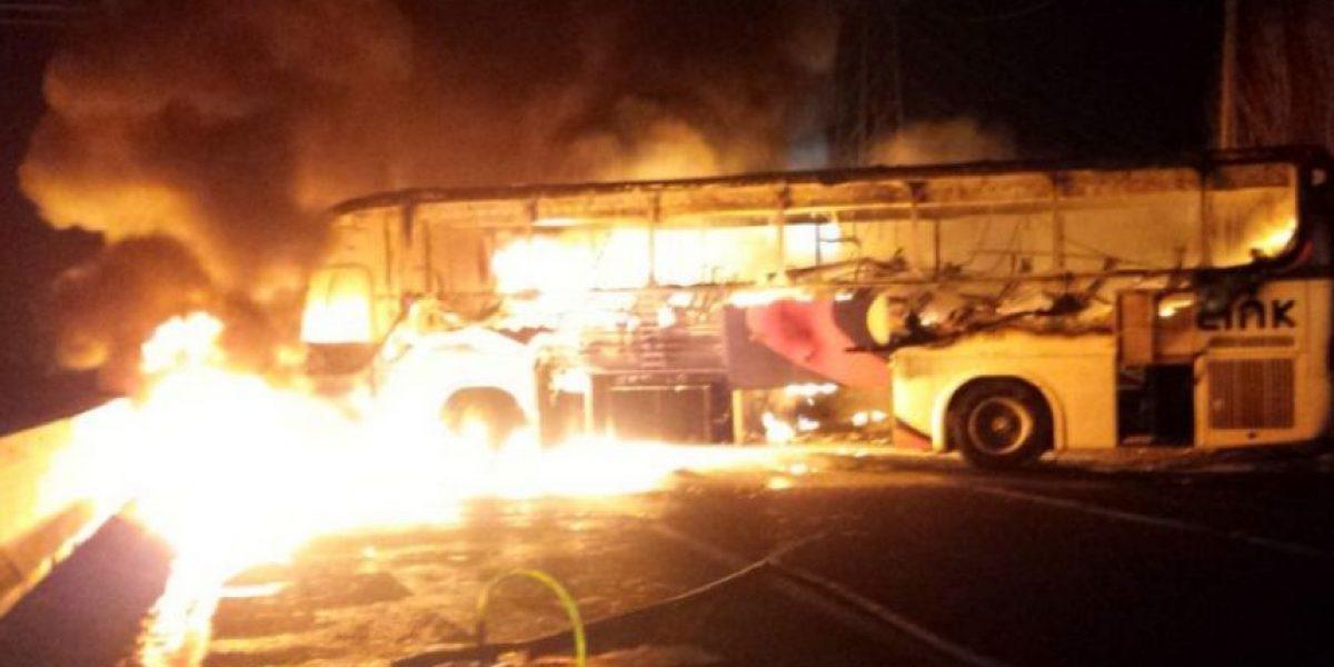 Trabajadores de El Teniente queman bus en protesta en Puente Cachapoal