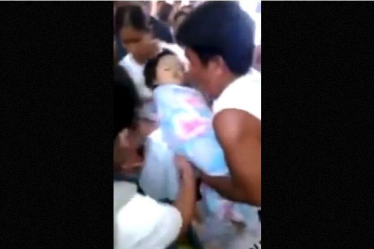 """1. El 11 de julio de 2014, una niña originaria de Filipinas """"revivió"""" en medio de los rezos de su familia. Foto:YouTube-Archivo. Imagen Por:"""