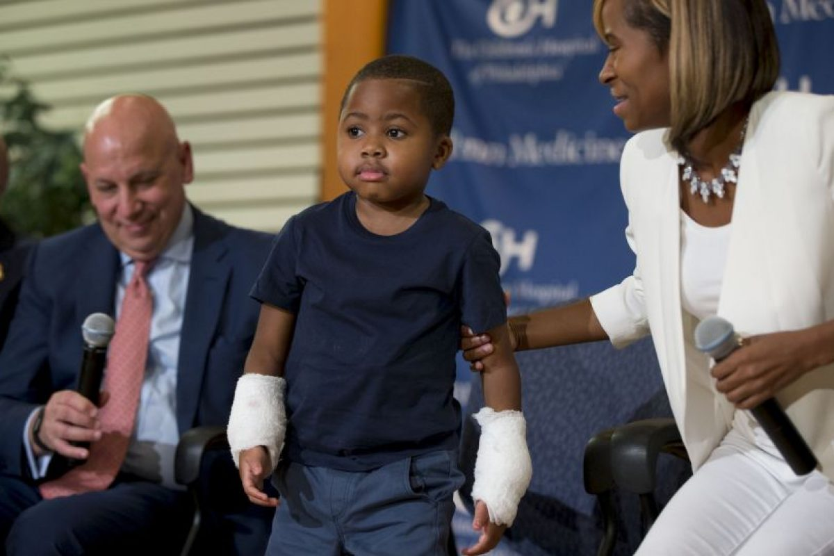 Zion Harvey perdió ambas extremidades a los dos años de edad, cuando se infectó de gangrena. Foto:AP. Imagen Por: