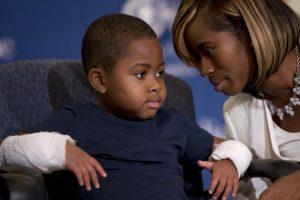 El niño también necesitaba un trasplante de riñón y utiliza prótesis en las piernas Foto:AP. Imagen Por: