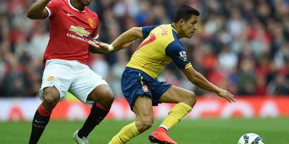 Alexis se queda con la 17 y posó con la camiseta alternativa de Arsenal