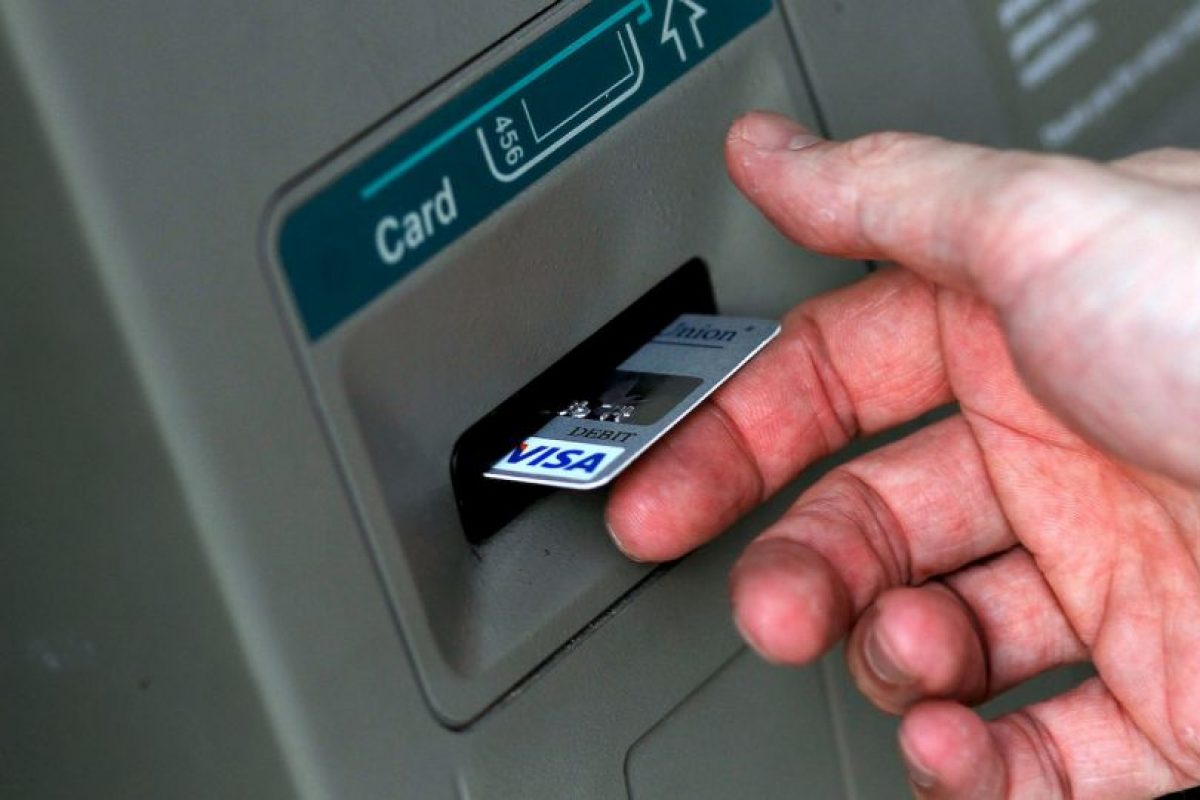 Según la firma de seguridad Symantec, ciberdelicuentes han encontrado un método para robar dinero de cajeros automáticos enviando SMS Foto:Getty Images. Imagen Por: