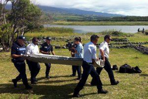 Ayer se encontró una pieza que podría ser parte del avión Foto:AFP. Imagen Por: