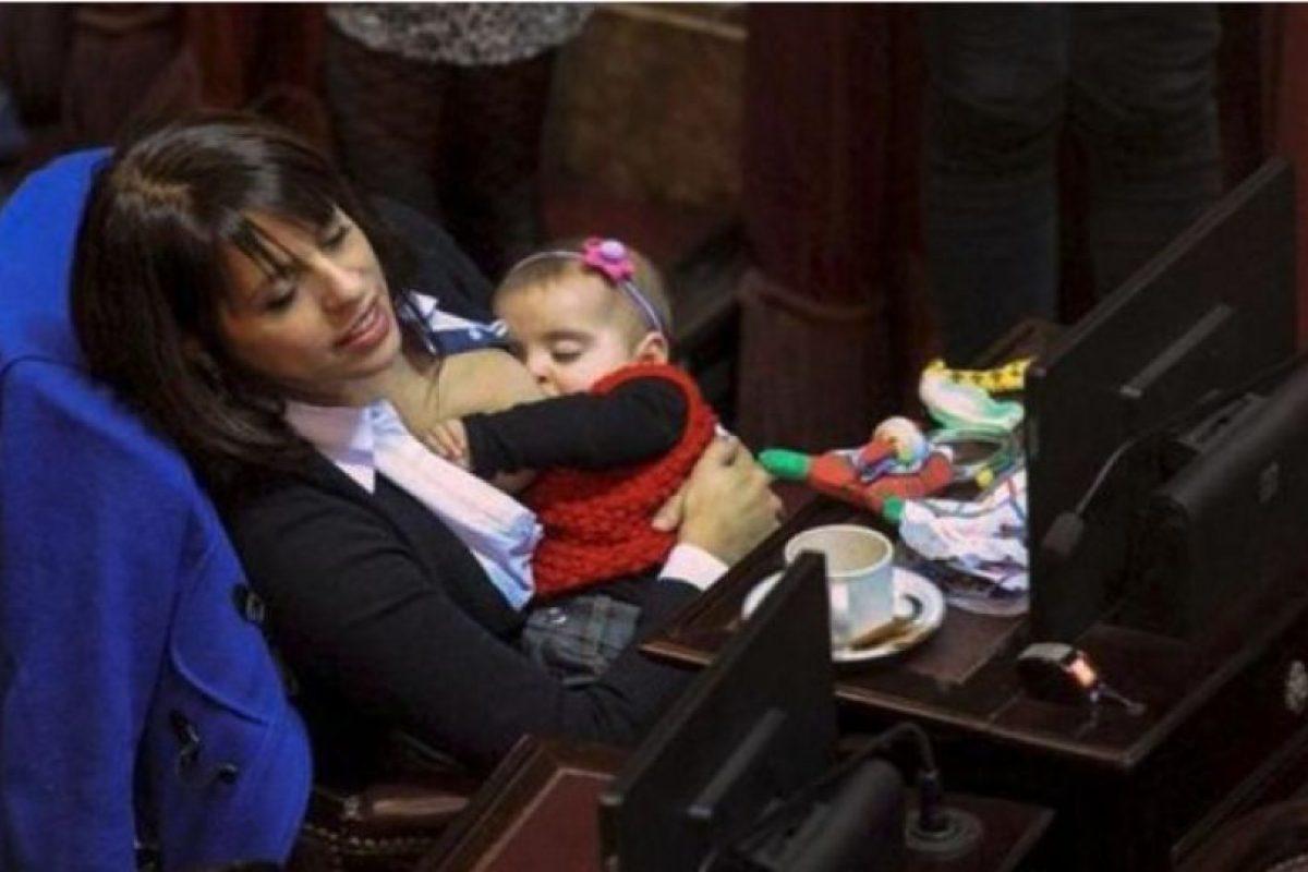 4. Conozca a la diputada argentina que amamanta a su hija en el Congreso Foto:Twitter.com – Archivo. Imagen Por: