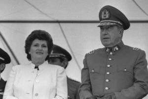 En la imagen, Pinochet junto a su esposa Lucia Hiriart Foto:Wikimedia.org. Imagen Por: